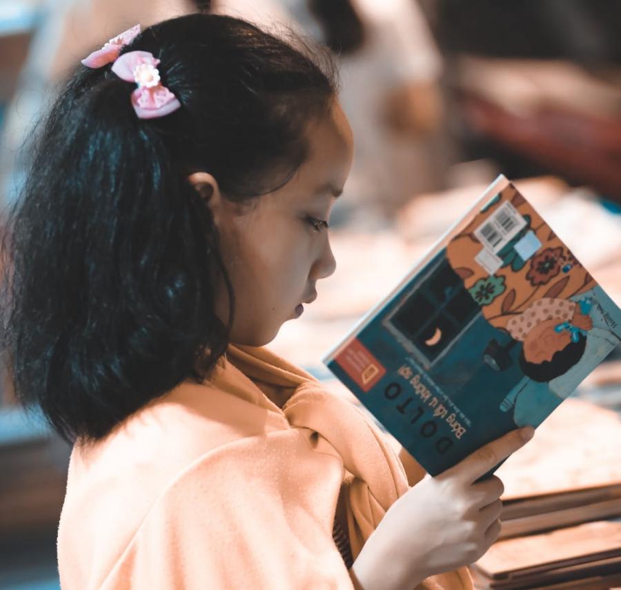 Pige der læser foto
